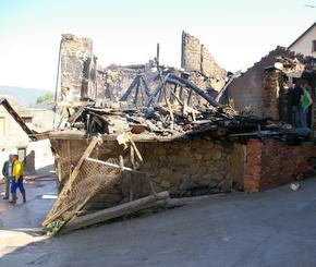 La casa quedó reducida a escombros, visible desde uno de los laterales