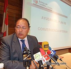El delegado de la Junta presenta las ayudas. Foto: Infobierzo.com
