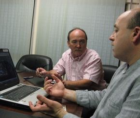 Mario Pérez, en primer término, con el alcalde Otero Merayo