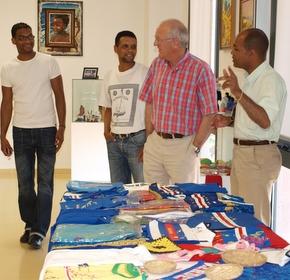Los organizadores muestran las piezas al concejal Roberto Camblor