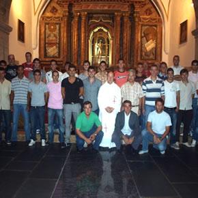 Jugadores, técnicos y directivos junto al párroco en la ofrenda al Santo Ecce Homo