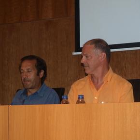 Anxo Cabada y Valentín Carrera presentando el libro en La Casa de las Culturas
