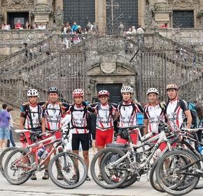 Los siete aventureros posan frente a la catedral de Santiago