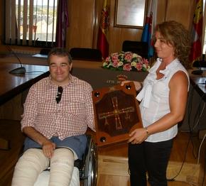 José Antonio Fierro entrega la placa a la concejala