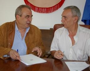 José Giménez, y el alcalde, Julio Anta, durante la firma
