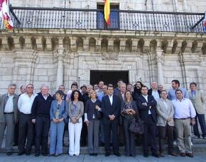 Los alcaldes, posan frente al Ayuntamiento de Ponferrada. Infobierzo.com