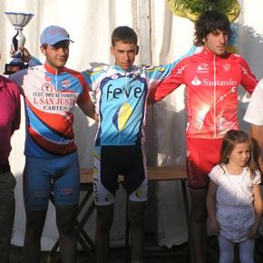 Roberto Méndez en el podium como ganador de la prueba