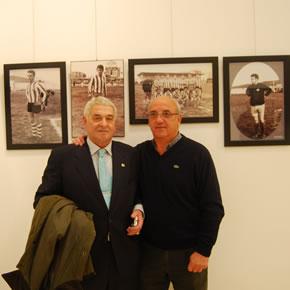 Tejeiro y Marianín posan delante de sus fotos como jugadores rojiblancos