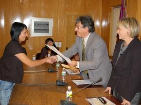Una alumna recoge el diploma