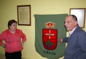 El secretario de la Junta Vecinal, Hilmar Kossman, presenta el escudo