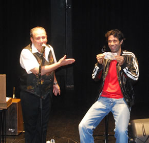 Juan Carlos Valerón colabora en un juego de magia del mago Montty