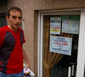 Gustavo Silván posa junto al cartel que anuncia el premio