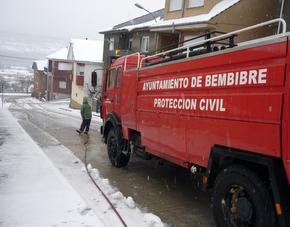 Efectivos locales trabajan para retirar la nieve