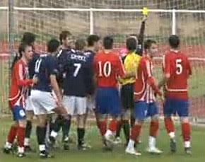 El árbitro ante las protestas por la no señalización de un penalti a Recamán