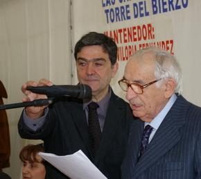 El mantenedor, Benito Viloria, con el alcalde de Torre