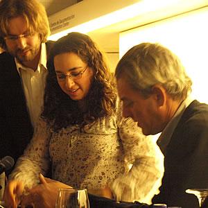 Paul Auster junto a la traductora y Rafa Saravia