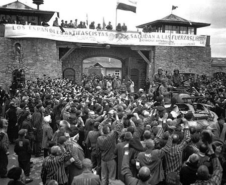 Prisioneros de Mauthausen saludan a la 11ª División Acorazada de los EE UU por su liberación bajo una pancarta escrita en español (wikipedia)