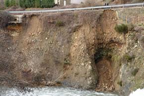 Talud de la carretera a la altura de la presa de Folgoso