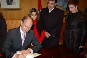 El mantenedor firmó en el libro de honor