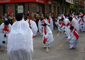 Los participantes hacen del desfile una fiesta