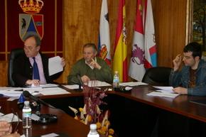 En el Pleno, el alcalde con un concejal del ejecutivo y un edil de la oposición