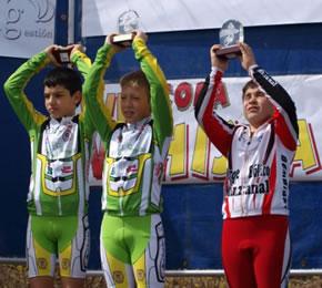 Ángel Arias en el podium junto al primer y segundo clasificado