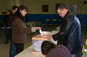 Un momento de la votación en el colegio