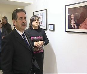 Blanca Porro muestra la exposición al presidente de Cantabria, Miguel Ángel Revilla