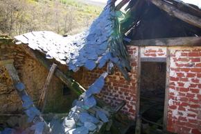 Una de las casas en ruinas que se mantienen en Santibáñez, tomada ayer