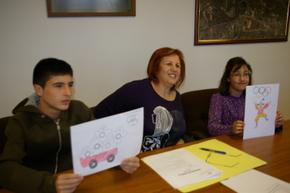 La concejala, con el ganador del dibujo de las camisetas y la ganadora de carteles