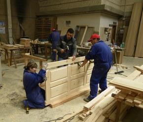 Las prácticas las iniciaron en el taller y ahora colocarán la estructura