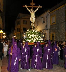 Los cofrades portan la Imagen del Cristo de la Agonía