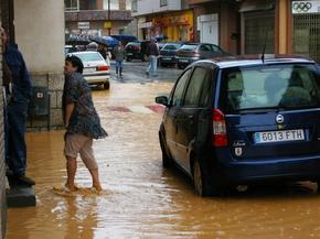 El agua cubría buena parte de la acera bloqueando el tránsito de peatones