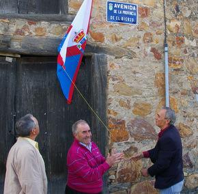 Miguel Palencia (PP), Ángel G. Barredo (PB) y el alcalde Julio Anta descubriendo la placa