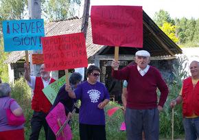 Los manifestantes exhibieron pancartas contra Diputación y Ayuntamiento