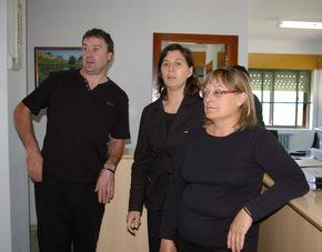 Los funcionarios, vestidos de negro