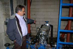 El pedáneo Ricardo Vila muestra el nuevo sistema de tratamiento de agua