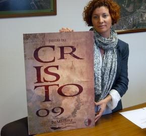 La concejala con el cartel de las fiestas de 2009