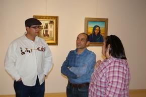 Los autores de la exposición con el concejal de Cultura