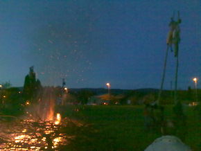 La fiesta terminó con la quema de la pareja de mayos