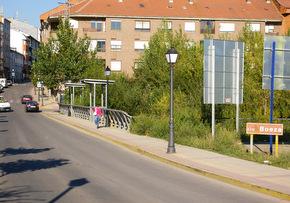 El nuevo puente sobre el Boeza pretende evitar el tránsito en el actual