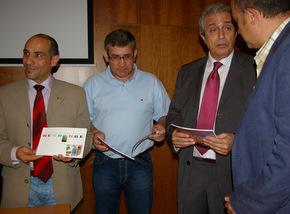 Olano, en el acto de presentación, con Celemín y Azuara