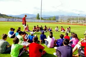 Un grupo de jóvenes con el coordinador, Iván González