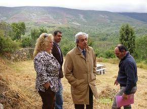 Azuara, con Román y miembros de la Junta Vecinal en el mirador