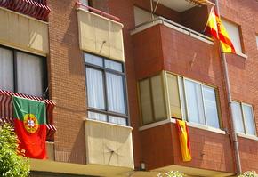 En los balcones, banderas de España y Portugal