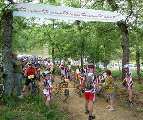Inicio de la marcha de montaña con los participantes a la salida