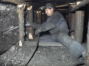Minero extralyendo carbón autóctono