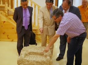 El director del Museo, Manuel Olano, muestra a Esteban, Fernández y al Jefe de Patrimonio Jesús Älvarez, la lápida
