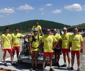 Los ciclistas preparan la marcha con la camiseta promocional