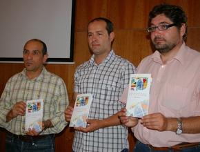El concejal, con el secretario de Acobem (en el centro) y el autor, Manuel Cuenya